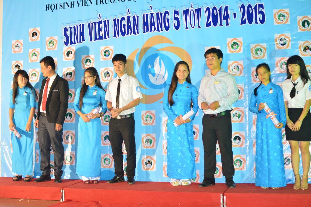 Đại biểu khách mời chụp hình lưu niệm cùng sinh viên
