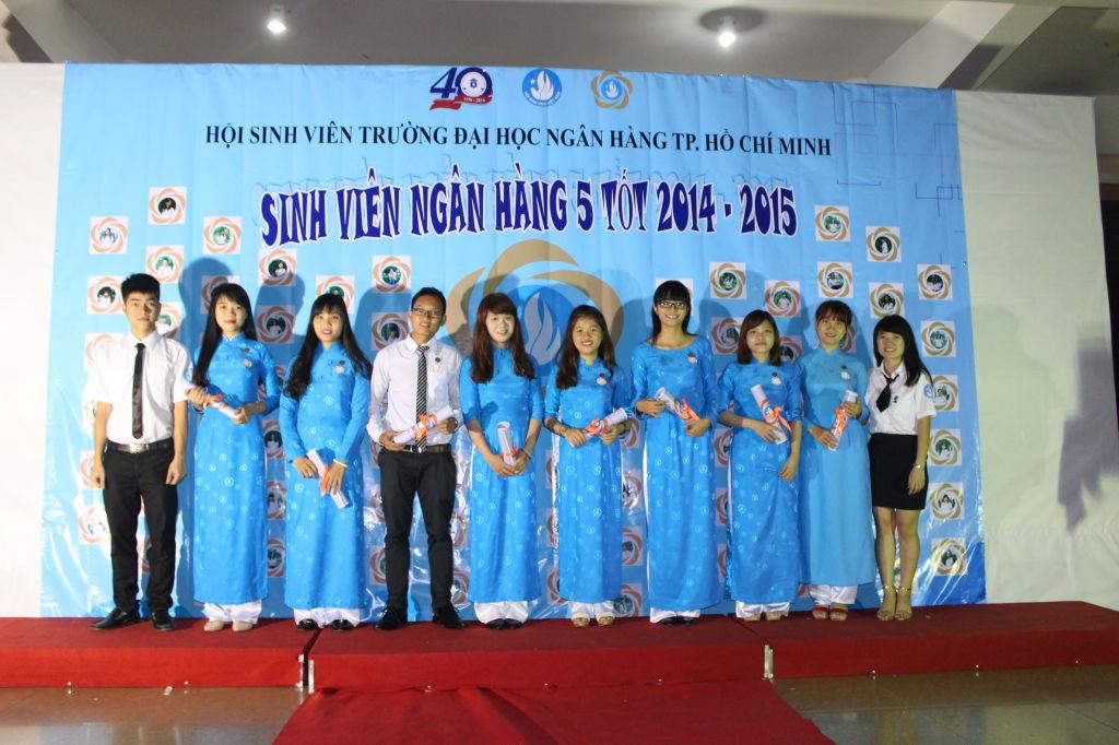 Nghi thức trao huy hiệu cho các SVNH5T