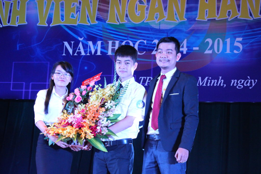 Đại diện Đảng ủy, BGH nhà trường trao hoa chúc mừng phong trào SVNH5T cho đại diện HSV.