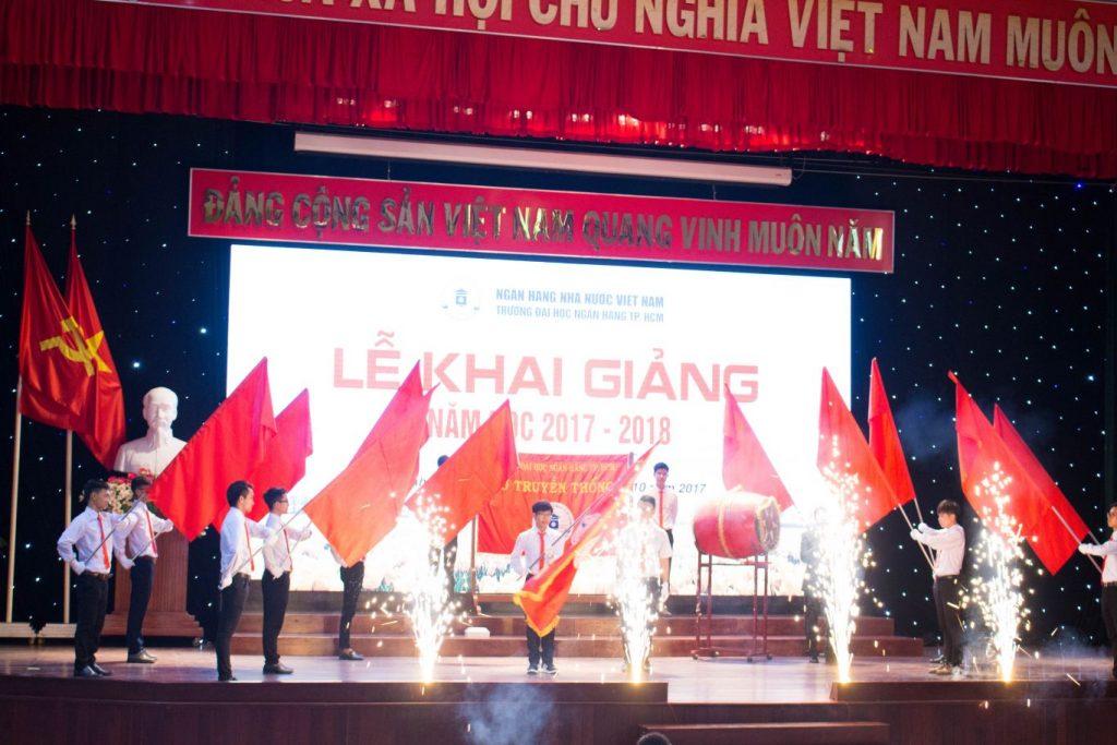 Nghi thức rước cờ truyền thống, chủ tịch Hội Sinh viên trao cờ cho Tân thủ khoa K33