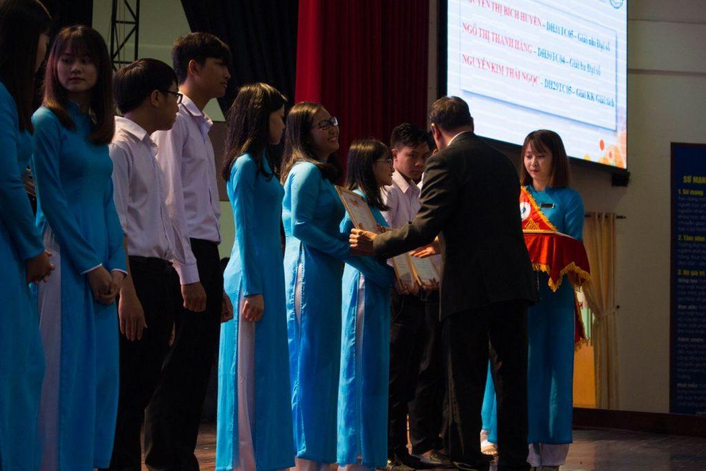 Nhà trường cùng các đơn vị tài trợ trao học bổng cho sinh viên có thành tích xuất sắc