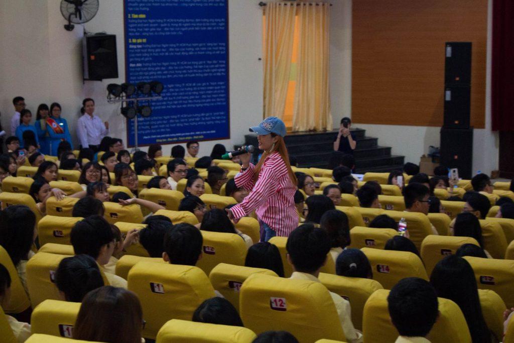 Ca sĩ Đinh Hương giao lưu với sinh viên