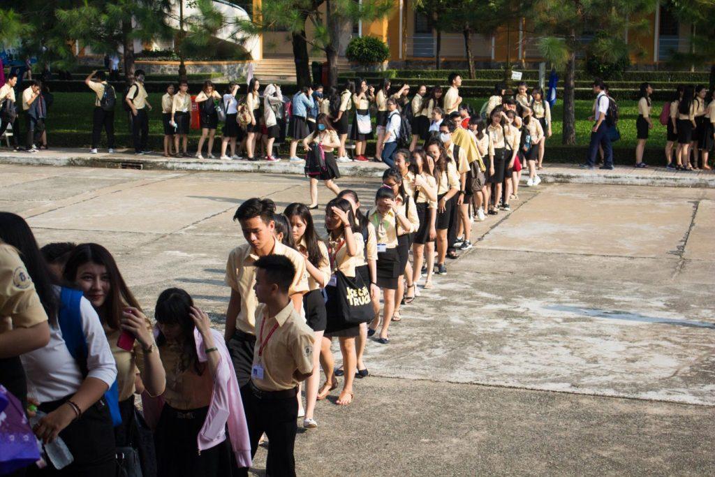 Các bạn sinh viên tham dự Lễ Khai Giảng xếp hàng đi về phía Hội trường