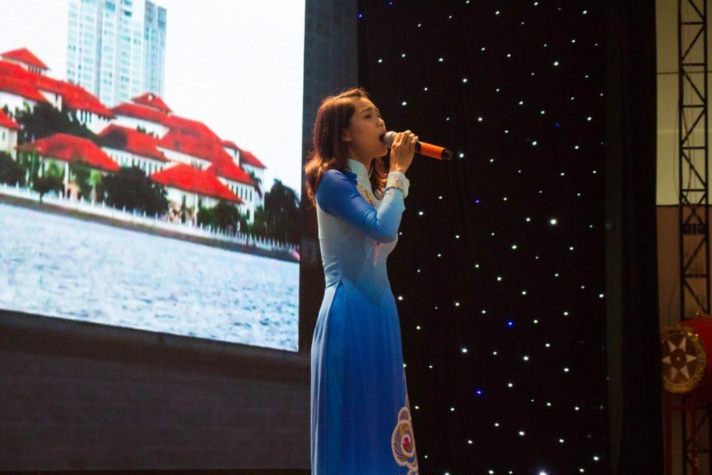 """Bài hát """"Cây đàn sinh viên"""" gợi về nỗi nhớ rất Hà Nội qua giọng hát đầy nội lực của cô Lan Quỳnh"""