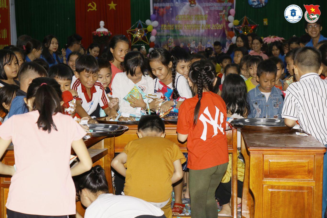 Các em tham gia các hoạt động vui chơi